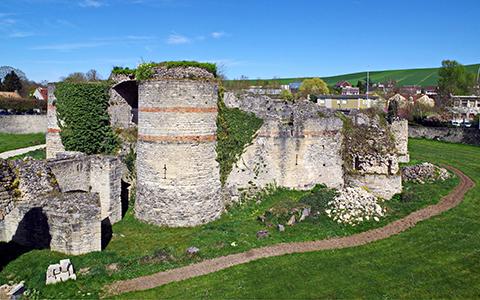 Le château de Beynes avant la rénovation du ravelin.